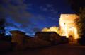 Puerta de la Justicia de noche, en la Alhambra de Granada.png