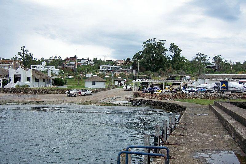 File:Punta Ballena muelle deportivo.jpg