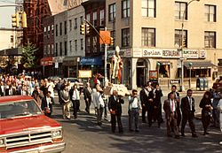 Religia procesio ĉe 50-a Avenuo, Hunters Point, Kvinzo, NYC, 1989.jpg