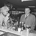 Richard Burton vandaag op Schiphol aan het filmen, even voor de opname dronk Ric, Bestanddeelnr 917-6916.jpg