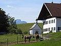 Roßhaupten - Freßlesreute Nr 1 m Kapelle v N 030618.jpg