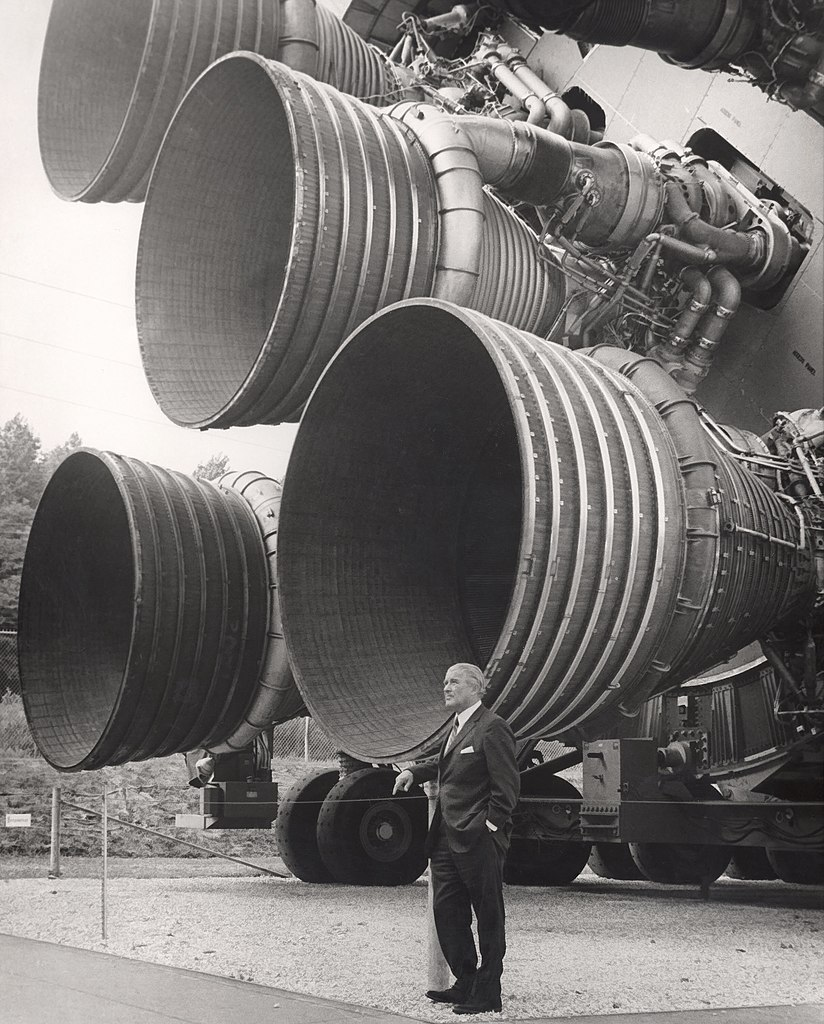 http://upload.wikimedia.org/wikipedia/commons/thumb/1/16/S-IC_engines_and_Von_Braun.jpg/824px-S-IC_engines_and_Von_Braun.jpg