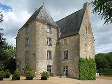 Photographie couleur d'une bâtiment en pierre sur quatre niveaux dont le toit est en ardoise