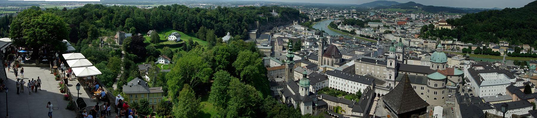 Panoramo de Salzburg vidita el kastelo Hohensalzburg