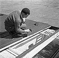 Schipper Willem van Geijn voert zijn kippen aan boord van de Damco 230, Bestanddeelnr 254-1616.jpg