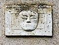Sculpture de visage, sur un mur.jpg