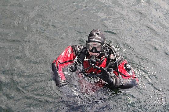 Sidemount diver signalling OK.JPG