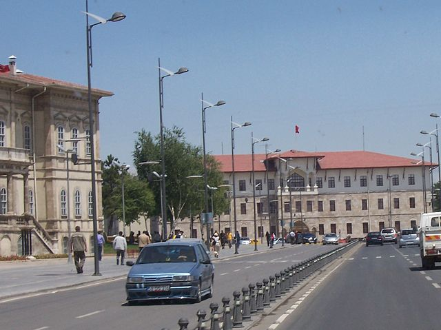 https://upload.wikimedia.org/wikipedia/commons/thumb/1/16/Sivas_Sokak.jpg/640px-Sivas_Sokak.jpg