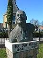 Standbeeld Pim Mulier voor de kerk van Witmarsum.jpg