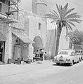 Straatbeeld, mannen op een terras bij een palmboom met geparkeerde auto's daarvo, Bestanddeelnr 255-2954.jpg