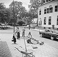 Stratenmakers aan het werk bij het Gouvernementsplein in Paramaribo, Bestanddeelnr 252-2272.jpg