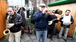 Tiedosto:Street music in Paris, December 6, 2009.ogv
