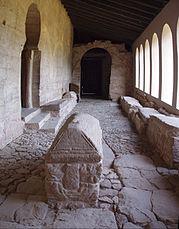 Portaleyo de Gonzalo de Berceo con los sarcófagos de los siete infantes de Lara y tres reinas navarras.