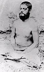 Immagine di Vivekananda, seduto in postura meditativa, con gli occhi aperti