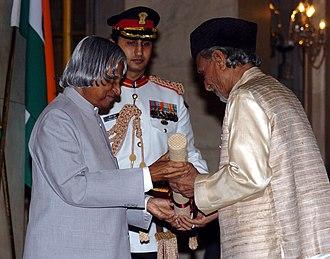 Sabri Khan - Sabri Khan receiving Padma Bhushan from the President Dr. A.P.J. Abdul Kalam.