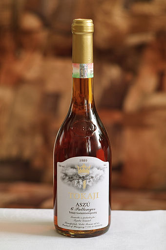 "The famous Tokaji wine. It was called ""Vinum Regum, Rex Vinorum"" (""Wine of Kings, King of Wines"") by Louis XIV of France Tokaji 6p 1989.jpg"