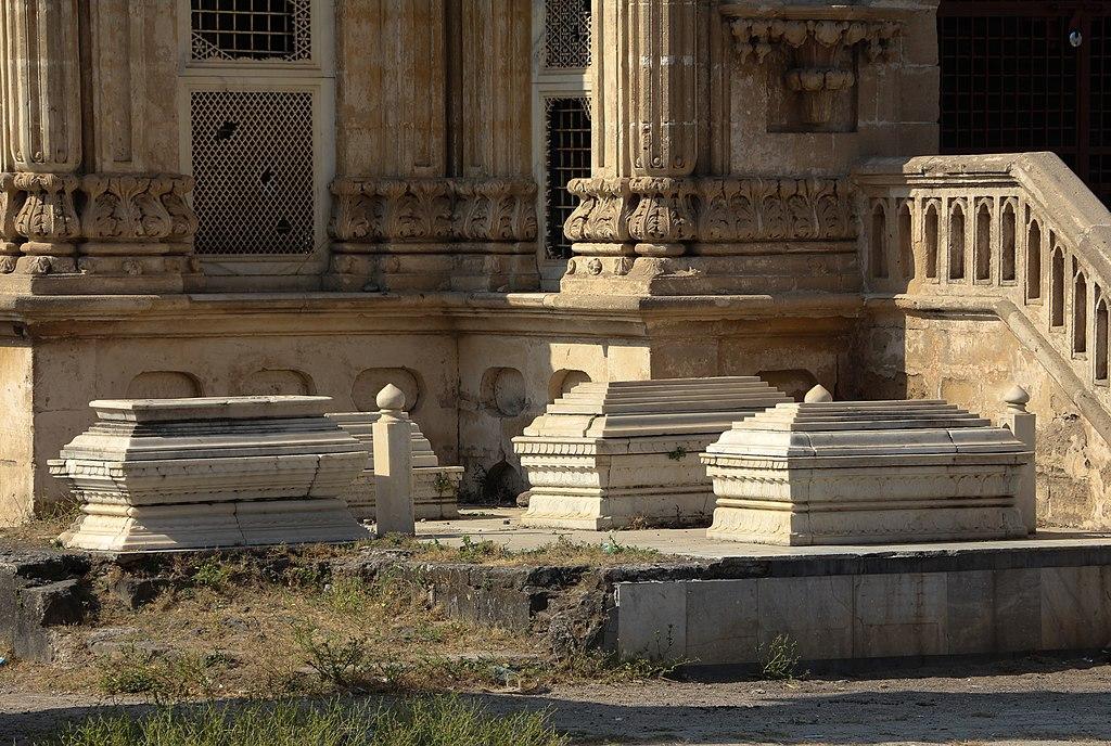 File:Tombs in the Mahabat Maqbara,.jpg - Wikimedia Commons