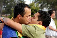 Um beijo gay no parque.jpg