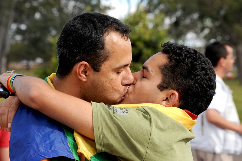 Datei:Um beijo gay no parque.jpg