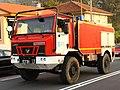 Un camión motobomba Uro de la Xunta de Galicia y un todoterreno con una cuadrilla forestal en Vincios, Gondomar (37010528194) (cropped).jpg
