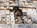 Uxmal - Palacio 8 - Steine hinter Ornament.jpg