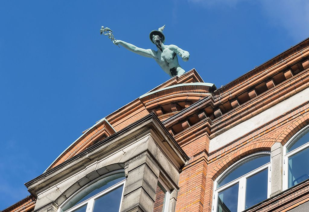 Statue de Mercure surplombant les toits du centre de Copenhague - Photo de Jebulon