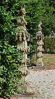 Veitshöchheim - Hofgarten - Sandsteinskulpturen am Eingang eines Laubenganges.jpg