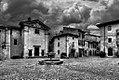 Vigoleno-la piazza del Mastio.jpg