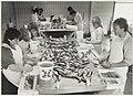Visbedrijf Pronkvis, IJmuiden. Het schoonmaken van zoute haring. NL-HlmNHA 54015470.JPG