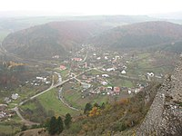 Visnove obec z Cachtickeho hradu.jpg