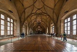 Une grande salle, lumineuse, au plafond constitué de fines voutes entrelacées.