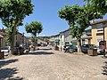 Vue de la place centrale du quartier Saint-Martin à Miribel depuis le portail du cimetière (juin 2020).jpg