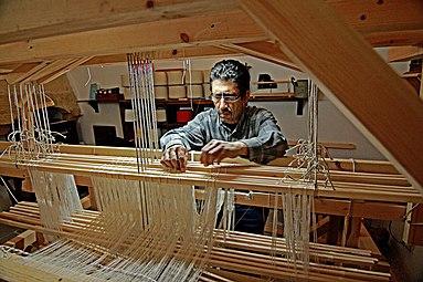 383px-Weaving_workshop_in_B%C3%BCy%C3%BCk_Han.jpg