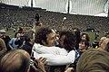 Wereldkampioenschap voetbal 1974 in Munchen supporters omhelsen Duitse spelers, Bestanddeelnr 254-9558.jpg