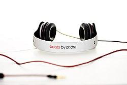 Whitesolobeatsbydreheadphones.jpg