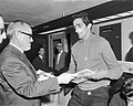 Willy Schobben bood spelers van Benfica plaat aan Willy Schobben en Torres, Bestanddeelnr 915-0293.jpg