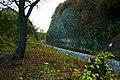 Železnice protínající přírodní skalní svah.jpg