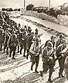 Батальон, отправляющийся на фронт, по дороге к станции Баладжары.jpg