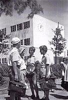 תלמידי בית הספר תל נורדאו, כשברקע הבניין החדש של בית הספר. צילום רודי ויסנשטין, 1938.jpg