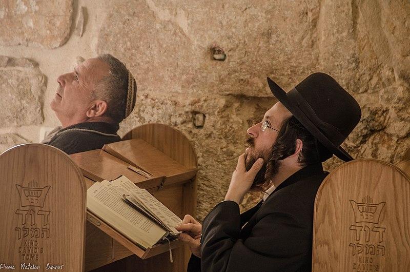 File:תפילה......אבינו שבשמיים....קבר דוד המלך, ירושלים.jpg