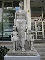 1180 Währinger Straße 173-181 - Hans Radl-Schule - Plastik Mutter mit Kindern von Gertrude Fronius 1959 IMG 5194.jpg