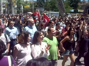 File:2013 Taksim Gezi Park protests at Beyoğlu, İstiklal Street on 3rd June.webm