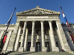 2016 columnas de la fachada del Palacio Legislativo de Montevideo