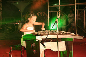 Binzhou - Image: A little girl play Guzheng on a public perform