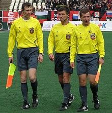 Terna arbitrale: arbitro al centro, con ai lati i suoi due assistenti