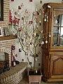 Arbre de Pâques fait à partir d'une branche de saule tortueux dans une maison en Wallonie (Belgique) pour Pâques année 2018.jpg