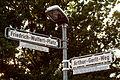 Arthur-Gerlt-Weg, Friedrich-Wulfert-Platz, Straßenschilder mit gesonderten Infotafeln vor dem Schulzentrum Bemerode in Hannover.jpg