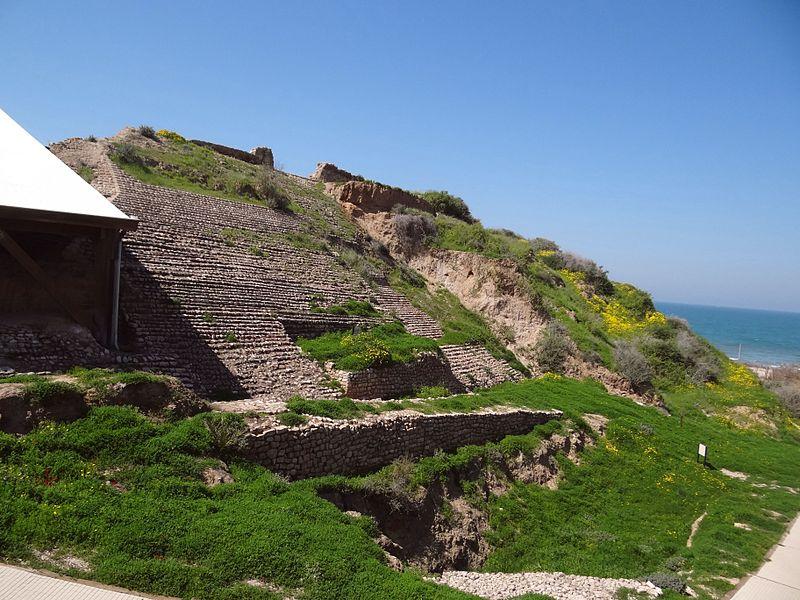 File:Ashkelon – The Canaanite city gate (1).JPG