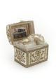 Ask med lock, klädd med vitt siden, guldbroderad med paljetter och med guld- och silvergaloner - Skoklosters slott - 92212.tif