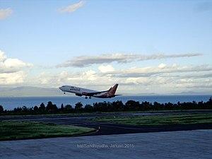Sultan Babullah Airport - Image: B737 800NG Batik Air taking in sultan babullah airport